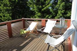Iso aurinkoterassi, jossa voi ottaa aurinkoa katseilta suojassa koko iltapäivän kesäisin