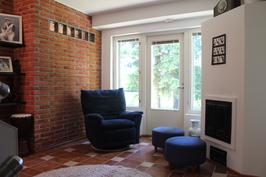 Taso II aula/takkahuone, jossa voi lämmitellä talvipäivänä saunan jälkeen ja paistaa vaikka makkaraa