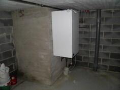 Uudelleen rakennettu kellari, kuvassa lämminvesivaraaja