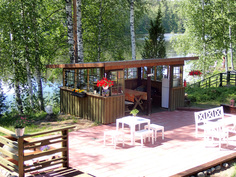 Kesäkeittiö ja laaja patio