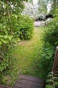 Näkymä alaterassilta puutarhaan