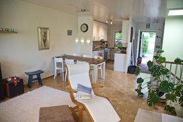 Eteinen ja keittiö ovat yhtenevää tilaa olohuoneen kanssa