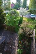Näkymä parvekkeelta puutarhaan ja alaterassille