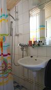 Yläkerran kylpyhuone.