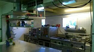 toimiva ravintolan keittiö ja kylmäsäilytystilat