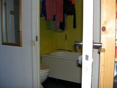 näkymä kh:n kylpyamme ja pyykinkuivausnurkasta