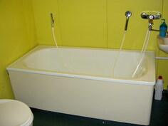 näkymä kylpyhuoneen kylpyammenurkkaukseen päin