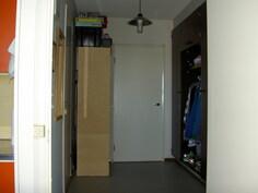 näkymä eteisestä keittiön ovelta sisääntulo-ovelle päin