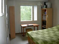 näkymä makuuhuoneen ovelta ikkunaseinälle päin
