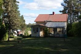 Päärakennuksen veranta ja kuisti, takana kasvihuone ja sauna