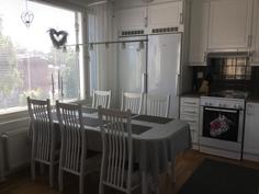 keittiö isolla ikkunalla