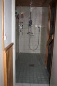 Suihku,suihkusta oikealle on sauna
