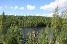 Näkymä järvelle päärakennuksen parvekkeelta