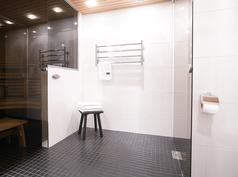 Remontoitu ja tilava kylpyhuone.