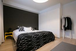 Alakerrassa tilava päämakuuhuone, joka muuntuu tarpeen mukaan myös olohuoneeksi.