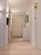 Eteiskäytävästä käynti kylpyhuoneeseen sekä vieras-/työhuoneeseen.