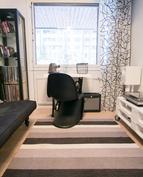 Vieras-/työhuone, josta näkymä etupihalle ja taloyhtiön leikkipaikalle.