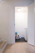 Alakerrassa pieni kodinhoitohuone, jossa tilaa pyykkitornille.