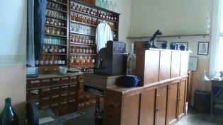 Makuuhuoneessa on tällä hetkellä apteekkimuseo