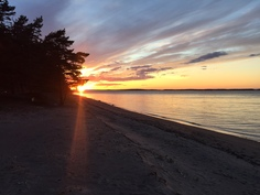 Auringonlasku mökkirannalla