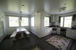 Olohuoneesta kuvattuna ruokailuerkkeri ja keittiö