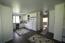 Olohuoneesta kuvattuna keittiö ja eteiskäytävä