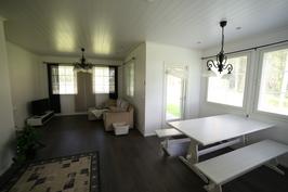 Keittiöstä kuvattuna olohuone ja ruokaerkkeri