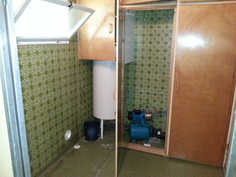 Lämminvesivaraaja ja vesipumppu
