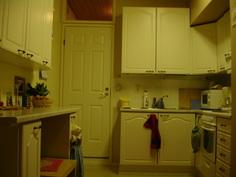 As 1. Keittiö, punaisen pyyhkeen kohdalla kapea tiskikone