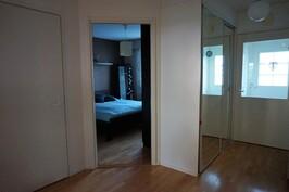 Eteinen, lasiliukuovet, aulasta jakaantuu käynti huoneisiin. Toinen makuuhuone, jossa vaatehuone.