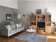 Olohuoneessa korkea huoneistokorkeus ja isot lattiaan asti ulottuvat ikkunat