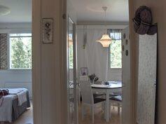 Keittiö ja makuuhuone ovat vierekkäin pihan puolella