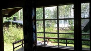 Näkymä uudemman mökin ikkunasta