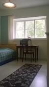 Makuuhuone kuvattuna olohuoneesta