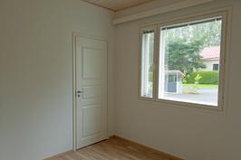 makuuhuone, vaatehuoneen ovi