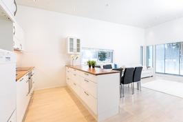 Keittiö ja olohuone muodostavat ison yhtenäisen tilan