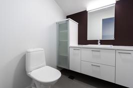 Yläkerrassa erillinen wc