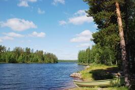 Näkymää järvelle sekä vene