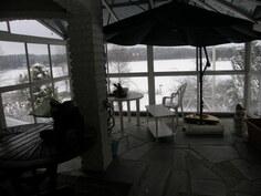 """Osa katettua terassia  -""""talvikunnossa"""" Varjo antaa keskikesällä suojaa auringolta."""