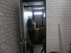 varasto -autotallin ja pääoven välissä