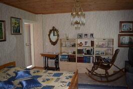 Yläkerran toinen makuuhuone vieraskäyttö