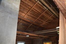 noin 100 m2 rakentamaton ullakkotila, mistä näkyy hirsien ja kattorakenteiden erinomainen kunto