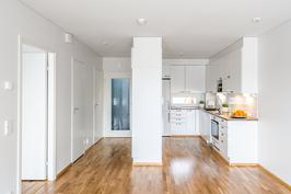 Huoneiston lattiat ovat upeaa tammiparkettia