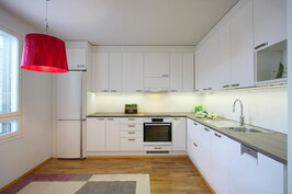 Keittiössä on laadukkaat AEG kodinkoneet