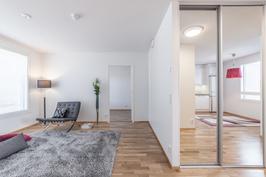 Asunnossa A2 tyylikkäät peililiukuovet, G15 asuntoon ne on mahdollista tilata lisätyönä.