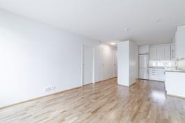 Asunnon lattiat ovat upeaa tammiparkettia