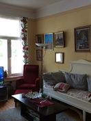 Asunto on avara, kattomateriaalina pääosin kaunis ja vanha panelointi.