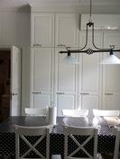 Keittiön kaapit on sijoitettu kattoon saakka.