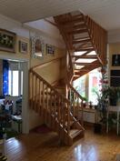 Olohuoneesta pääsee lastenhuoneeseen. Kirvesmies on rakentanut yksilölliset portaat paikanpäällä.