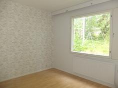 Pienempi makuuhuone, jossa myös uudet pinnat